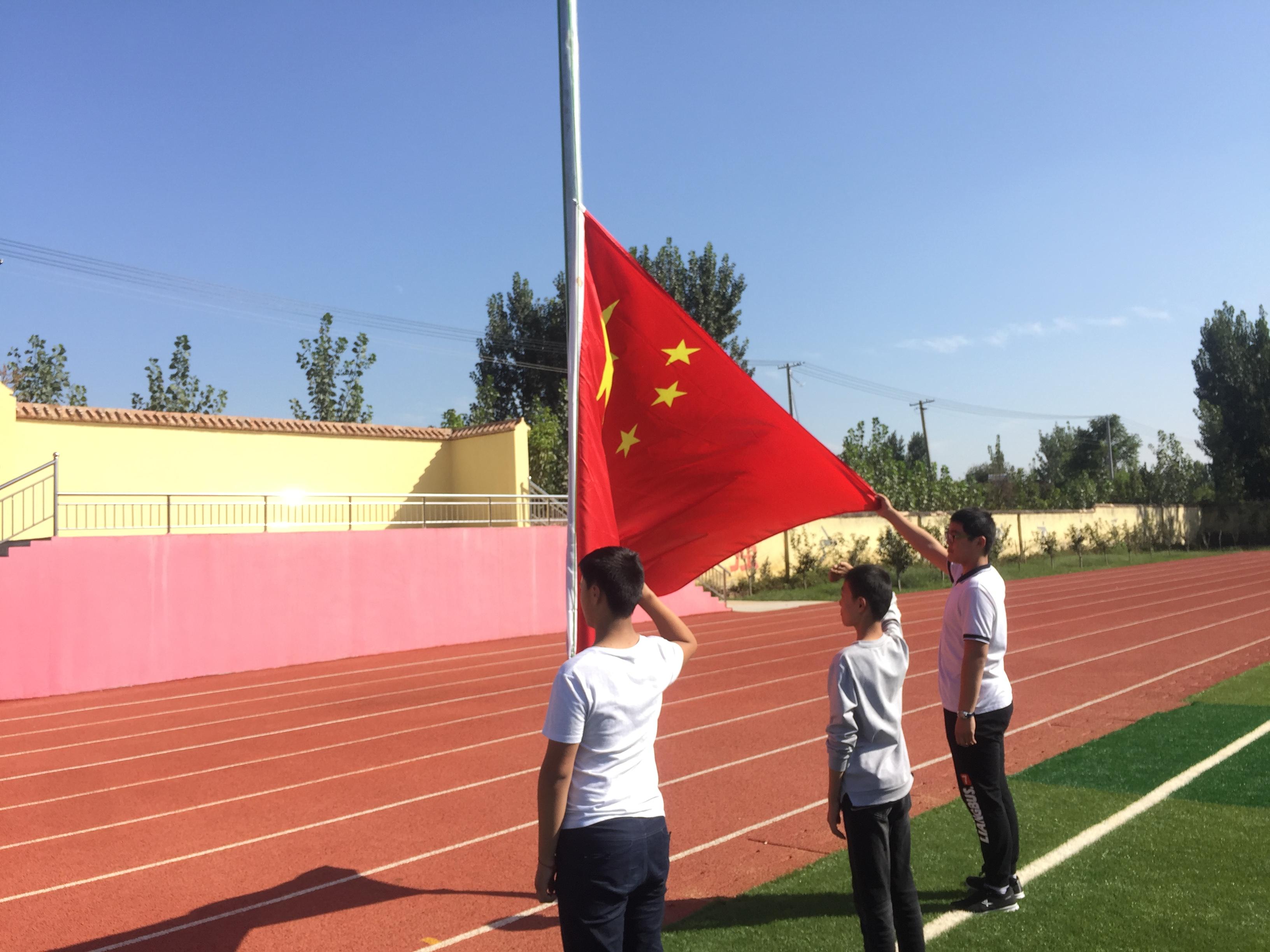"""新湖镇中学积极开展""""向国旗敬礼""""活动"""