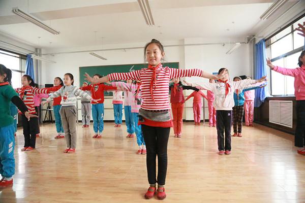 学生在舞蹈室学习.jpg