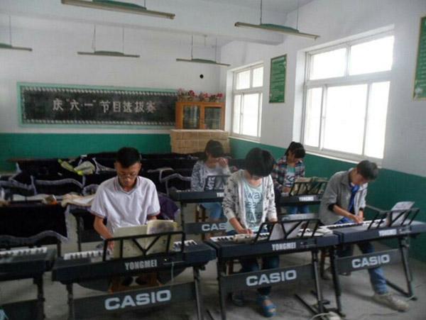 旧县中学学生练习电子琴mmexport1488941634181.jpg