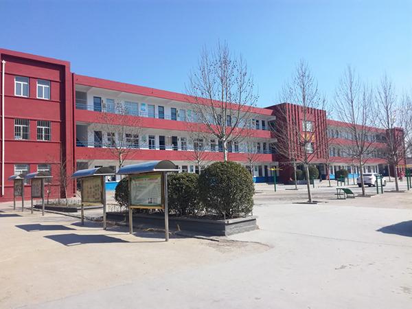 东平县老湖镇中学少年宫位于学校东教学楼三楼,另有室外活动器材.jpg